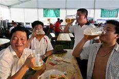 <p>Мужчины пьют пиво на фестивале напитка в городе Циндао19 августа 2006 года. Для многих китайских бюрократов напиться - это неотъемлемая часть работы, которая иногда приводит к смерти или растрате государственных средств, сообщает местная газета, добавляя, что чиновники пытаются бороться с глубоко укоренившейся культурой пьянства на работе. REUTERS/Nir Elias</p>