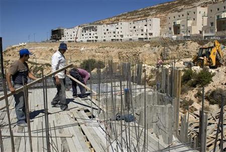 Labourers work on a construction site in the West Bank Jewish settlement of Givat Zeev June 29, 2009. REUTERS/Darren Whiteside