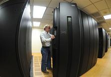 <p>Servidores de computação em rede da IBM. A companhia vai começar a equipar novos servidores UNIX com processadores de uma nova geração, conhecida como POWER7, no primeiro semestre de 2010, em uma tentativa de conquistar mais clientes hoje usuários de produtos rivais como os da Sun Microsystems e Hewlett-Packard.</p>