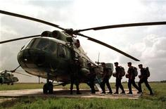 <p>Архивное фото вертолета Ми-8. Шесть человек, в том числе пятеро сотрудников ЛУКОЙЛа, погибли при крушении вертолета МИ-8 в Волгоградской области на юге России, сообщили представители компании и Росавиации. REUTERS/Gleb Garanich</p>