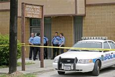 <p>Houston police stand outside the Armstrong Medical Clinic where Drug Enforcement Agents (DEA), Los Angeles police detectives and Houston uniformed officers carry out a search warrant against Conrad Murray, the doctor who was with pop icon Michael Jackson when he died, in Houston July 22, 2009. REUTERS/Richard Carson</p>