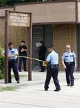 <p>Miembros de la policía de Houston cierran con conta la clínica médica Armstrong en Houston, EEUU, 22 jul 2009. Agentes de la Dirección de Control de Drogas de Estados Unidos y de la policía de Los Angeles allanaron el miércoles una clínica en Houston de Conrad Murray, el médico que estaba con el ícono pop Michael Jackson cuando murió, en busca de evidencia de posible homicidio. REUTERS/Richard Carson</p>