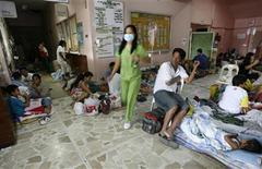 <p>A nurse walks past typhoid fever patients, mostly children, as they recuperate in their makeshift beds along the corridors of the Jose P. Rizal medical center, a government hospital in Calamba city, Laguna province, south of Manila March 6, 2008. REUTERS/Romeo Ranoco (PHILIPPINES)</p>