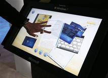 <p>Homem testa recurso de sensibilidade a toques do Windows 7 em feira de tecnologia dos EUA.</p>