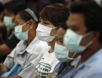 <p>Persone che posano per l'uso delle mascherine come prevenzion per influenza H1N1. REUTERS/Chaiwat Subprasom (THAILAND SOCIETY HEALTH POLITICS)</p>