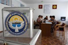 <p>Члены избирательной комиссии пересчитывают бюллетени на избирательном участке в деревне Байтык 22 июля 2009 года. Киргизия 23 июля проводит выборы президента, в которых участвует очевидный фаворит - идущий на второй срок действующий глава государства 59-летний Курманбек Бакиев. REUTERS/Vladimir Pirogov</p>
