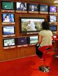 <p>Serie di televisori a Cannes. REUTERS/Eric Gaillard (FRANCE)</p>