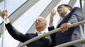 """<p>Вице-президент США Джо Байден и президент Грузии Михаил Саакашвили встретились в президентской резиденции в Тбилиси 23 июля 2009 года. Вице-президент США Джо Байдена заверил Грузию, что поддерживает ее стремление вступить в НАТО, а заявленная """"перезагрузка"""" в отношениях Вашингтона и Москвы не произойдет за счет интересов Тбилиси. REUTERS/Irakli Gedenidze</p>"""