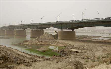 A view shows the bank of Tigris river during a sandstorm in Baghdad July 7, 2009. REUTERS/Mohammed Ameen
