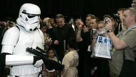 """<p>Foto de archivo de un Stormtrooper durante la celebración """"Star Wars"""" realizada en el centro Excel de Londres, 13 jul 2007. Una versión para concierto de """"Star Wars"""", con una orquesta sinfónica en vivo, pantallas gigantes, trozos de la película y una exhibición rodante, comenzará su gira por Norteamérica en octubre señalaron el jueves sus organizadores. REUTERS/Luke MacGregor</p>"""