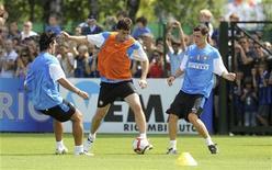 <p>Il nuovo acquisto dellInter Milito si allena con Chivu e Destro ad Appiano Gentile. La foto è dell'11 luglio. REUTERS/Paolo Bona</p>