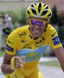<p>Alberto Contador brinda con lo champagne dopo la vittoria. REUTERS/Patrick Hertzog/Pool (FRANCE SPORT CYCLING IMAGES OF THE DAY)</p>