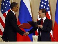 <p>Президент США Барак Обама (слева) и президент России Дмитрий Медведев обмениваются документами о сокращении ядерных арсеналов двух стран в Москве 6 июля 2009 года. Россия договорилась с Соединенными Штатами провести следующий раунд переговоров по сокращению стратегических ядерных вооружений в конце августа или в начале сентября, сообщил в субботу российский МИД. REUTERS/Jason Reed</p>