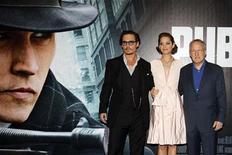 """<p>Актеры Джонни Депп и Марион Котийяр с режиссером Майклом Манном (справа) на премьере фильма """"Джонни Д."""" в Париже 2 июля 2009 года. Револьвер, принадлежавший в 30-х годах гангстеру Джону Диллинджеру, на аукционе был продан частному коллекционеру за $95.600, вдвое больше, чем лот оценивался перед торгами, сообщил в воскресенье аукционный дом. REUTERS/Jacky Naegelen</p>"""