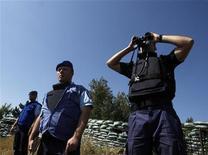 <p>Наблюдатели ЕС просматривают границу Южной Осетии, к северо-западу от Тбилиси 10 июля 2009 года. Европейский союз в понедельник продлил срок работы миссии наблюдателей в Грузии еще на один год, однако не стал обсуждать возможность присоединения к миссии других стран, в том числе США. REUTERS/David Mdzinarishvili</p>