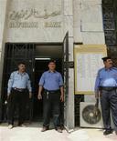 <p>Охранники стоят у входа в банк Rafidain в Багдаде 21 июня 2009 года. Вооруженные преступники во вторник убили восемь человек во время ограбления банка в районе Каррада в центре Багдада, сообщила полиция. REUTERS/Bassim Shati</p>