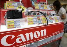 <p>Canon a enregistré une chute de 72% de son bénéfice trimestriel - à 44,91 milliards de yens (331 millions d'euros) pour la période avril-juin, contre 160,15 milliards il y a un an - sous le double coup de la faible demande pour les photocopieurs et de la fermeté du yen. Le groupe a cependant parallèlement revu en hausse de 6% ses prévisions annuelles. /Photo prise le 28 juillet 2009/REUTERS/Yuriko Nakao</p>