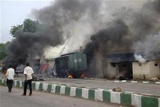 <p>Горящее здание тюрьмы в нигерийском городе Маидугури 27 июля 2009 года. Беспорядочная стрельба продолжалась всю ночь в городе Маидугури на севере Нигерии, несмотря на комендантский час, введенный после столкновений властей с повстанцами-мусульманами, в результате которых по крайней мере 80 человек погибли в четырех штатах страны. REUTERS/Afolabi Sotunde</p>