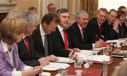 <p>Gordon Brown presidede una riunione tra i ministri al 10 di Downing Street. REUTERS/Stephen Hird (BRITAIN)</p>