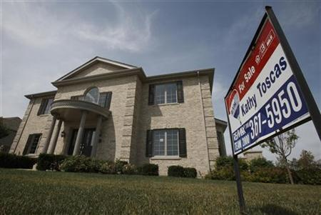A new home sits for sale in Lemont, Illinois, July 27, 2009. REUTERS/John Gress
