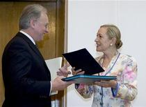 <p>Министр иностранных дел Белоруссии Сергей Мартынов (слева) на встрече с комиссаром ЕС по внешним связям Бенитой Ферреро-Вальднер в Минске 22 июня 2009 года. Евросоюз может оказать Белоруссии помощь в том случае, если она проведет реформы, на которых настаивает Международный валютный фонд (МВФ), заявила во вторник комиссар ЕС по внешним связям Бенита Ферреро-Вальднер. REUTERS/Vasily Fedosenko</p>