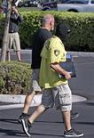 <p>Следователи выносят документы из офиса Конрада Мюррея, личного врача Майкла Джексона в Лас-Вегасе 28 июля 2009 года. Полиция во вторник конфисковала мобильные телефоны и жесткий диск компьютера из дома и офиса личного врача Майкла Джексона в Лас-Вегасе в рамках расследования внезапной смерти поп-звезды, находившегося под присмотром личного терапевта. REUTERS/Las Vegas Sun/Steve Marcus</p>