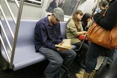 <p>Imagen de archivo de un hombre mientras lee un libro en el metro de Nueva York, 17 oct 2008. Nueva York fue calificada como la mejor ciudad de Estados Unidos para las personas solteras, desbancando a Atlanta del puesto. La Gran Manzana también superó a Boston, Chicago, Seattle y Washington, D.C., que quedaron entre las cinco mejores ciudades en el sondeo de Forbes.com. REUTERS/Lucas Jackson/Archivo</p>