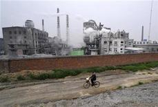 <p>Un hombre se traslada en bicicleta frente de una planta química en Xiangfan, China, 17 jul 2009. Líderes chinos dijeron al secretario general de Naciones Unidas, Ban Ki-moon, que Pekín realmente quiere alcanzar un nuevo acuerdo para combatir el cambio climático en Copenhague en diciembre, dijo el miércoles Ban. REUTERS/Stringer</p>