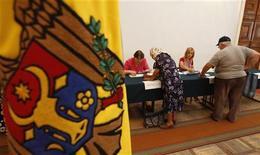 <p>Жители Кишинева регистрируются для голосования на выборах в парламент страны 29 июля 2009 года. Прозападная оппозиция Молдавии пообещала сформировать широкую коалицию после поражения на досрочных парламентских выборах правящей партии коммунистов. REUTERS/Gleb Garanich</p>