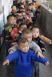 <p>Bambini in coda fuori dal bagno di un asilo cinesea Baokang, nella provincia Hubei. In Cina gli uomini in età matrimoniale sono 18 milioni più delle donne, per effetto degli aborti selettivi. REUTERS/Stringer(CHINA) CHINA OUT</p>