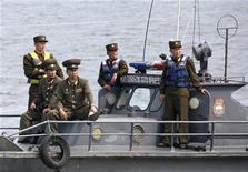 <p>Солдаты армии КНДР патрулируют воды реки Ялы на границе с Китаем 14 июня 2009 года. Береговая охрана Северной Кореи задержала в четверг южнокорейскую рыболовецкую лодку с четырьмя членами экипажа, случайно оказавшуюся в территориальных водах КНДР, сообщил представитель вооруженных сил Южной Кореи. REUTERS/Jacky Chen</p>