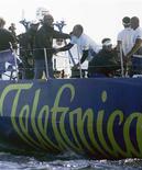<p>Barco Telefónica Blue durante corrida Volvo Ocean Race em Kanholmsfjarden. A Telefónica anunciou nesta quinta-feira alta de 0,7 por cento no lucro do primeiro semestre, para 3,62 bilhões de euros (5,12 bilhões de dólares), superando expectativas de analistas. O resultado foi impulsionado por bom desempenho nas operações latino-americanas e cortes de custos.</p>