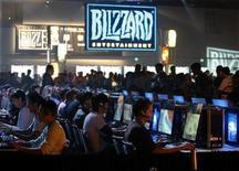 """<p>Foto de archivo de jugadores de """"World Of Warcraft"""", de Blizzard, en el centro de convenciones de Anaheim, EEUU, 10 oct 2008. Con la que una vez fuera enérgica industria del videojuego sumida en una caída, los inversores están mirando hacia los grandes títulos y considerando que habrá una baja de precios en las consolas para el segundo semestre del año que ayudaría a un rebote de las ventas. REUTERS/Mike Blake</p>"""