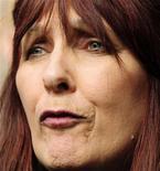 """<p>La madre del pirata informático Gary McKinnon, Janis Sharp, lee una declaración a la salida de la Alta Corte de Londres, 31 jul 2009. Un británico buscado en Estados Unidos por entrar en las redes de la NASA y el Pentágono en """"el mayor pirateo militar de todos los tiempos"""" perdió el viernes una apelación contra su extradición, lo que hace más probable un juicio estadounidense. REUTERS/Toby Melville</p>"""