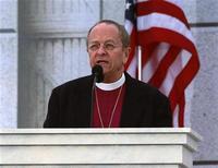 <p>Il vescovo episcopale Gene Robinson, il primo apertamente gay, durante un sermone al Lincoln Memorial di Washington. La foto è del 18 gennaio scorso. REUTERS/Jason Reed</p>