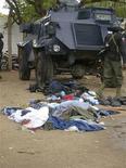 """<p>Тела убитых исламистов лежат на улицах нигерийского города Маидугури 31 июля 2009 года. Более 700 человек убито в Нигерии за пять дней боев между силами безопасности и радикальной исламской группировкой """"Боко Харам"""", заявили в воскресенье представители Красного Креста и сил безопасности. REUTERS/Aminuo Abubacar</p>"""