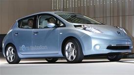 """<p>Глава Nissan Motor Co' Карлос Гон за рулем электромобиля Leaf на презентации в Йокогаме 2 августа 2009 года. Nissan Motor Co представила в воскресение свой долгожданный электромобиль, назвав хэтчбэк """"Leaf"""". REUTERS/Toru Hanai</p>"""