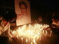 <p>Media rights activists light candles in front of the portrait of slain Sri Lankan newspaper editor Lasantha Wickramatunga during a silent vigil to condemn his killing in Colombo January 15, 2009. REUTERS/Buddhika Weerasinghe</p>