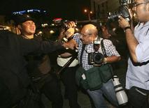 <p>Столкновение полиции и фотографов перед отелем в Сан-Сальвадоре, куда приехала национальная сборная по футболу, Мексика 4 июня 2009 года. Как минимум 46 журналистов погибли во время исполнения профессионального долга в нынешнем году, сообщил в понедельник Международный институт безопасности новостей (INSI). REUTERS/Stringer</p>