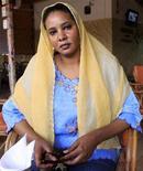 <p>Бывшая журналистка Любна Хуссейн позирует фотографу в кафе, где была арестована, Хартум 31 июля 2009 года. Полиция применила дубинки, чтобы разогнать десятки женщин, собравшихся во вторник у здания суда в столице Судана в знак солидарности с Любной Хуссейн, которой грозит 40 ударов кнута за ношение брюк. REUTERS/Mohamed Nureldin Abdallh</p>