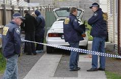 <p>Австралийские полицейские обыскивают один из домов в предместье Мельбурна 4 августа 2009 года. Австралийская полиция задержала четырех человек по подозрению в подготовке нападения на военную базу в пригороде Сиднея. REUTERS/Mick Tsikas</p>
