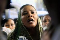 <p>Lubna Hussein, ex periodista y representante de prensa de Naciones Unidas, habla con los medios tras su juicio en Jartum, 4 ago 2009. La policía usó gases lacrimógenos para dispersar una manifestación el martes en la capital de Sudán en apoyo a una mujer que podría ser condenada a 40 latigazos por usar pantalones en público, en un caso que se ha convertido en una prueba para las leyes locales de indecencia. REUTERS/Mohamed Nureldin Abdallh</p>