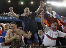 <p>Болельщики сборной России по футболу оддерживают команду на чемпионате Европы в Инсбруке 18 июня 2008 года. Российских футбольных болельщиков не напугали рекомендации главы Роспотребнадзора отказаться от поездки на матч со сборной Уэльса из-за свиного гриппа. REUTERS/Alexander Demianchuk</p>