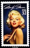 <p>Почтовая марка с изображением Мэрилин Монро в Нью-Йорке 5 января 1995 года. REUTERS/Mike Segar</p>