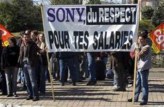 <p>Рабочие завода Sony митингуют у здания префектуры на юге Франции 13 марта 2009 года. Директор фабрики американского производителя электроники Molex Inc заявил, что рабочие, которым угрожали увольнения, избили одного из руководителей предприятия во вторник вечером. REUTERS/Olivier Pon</p>
