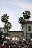 <p>Fotografi davanti al cancello degli studios della Paramount Pictures a Los Angeles. REUTERS/Danny Moloshok</p>