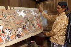 <p>Foto de archivo de un artista con un cuadro del Mahabharata y del Ramayana en Yogyakarta, Java, 12 ago 2005. Una antigua historia india con princesas, semidioses y una guerra catastrófica vuelve a ser contada en Twitter en frases de 140 caracteres. REUTERS/Dwi Oblo</p>