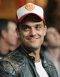 <p>Foto de archivo del cantante Robbie Williams durante la pelea de boxeo entre Ricky Hatton y José Castillo en Las Vegas, EEUU, 23 jun 2007. El cantante pop británico Robbie Williams publicará su primer disco en tres años en noviembre, dijo el miércoles la compañía discográfica EMI. REUTERS/Steve Marcus</p>