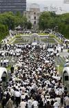 <p>Люди совершают молитвы в мемориальном комплексе памяти жертв атомной бомбардировки в Хиросиме 6 августа 2009 года. REUTERS/Issei Kato</p>