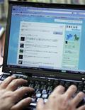 <p>Представитель оппозиционной Демократической партии Сэйдзи Осака сидит на сайте Twitter в офисе в Токио 29 июня 2009 года. Twitter и Facebook подверглись в четверг атакам хакеров, что вызвало предположения о скоординированной кампании, направленной против самых популярных социальных сетей. REUTERS/Michael Caronna</p>